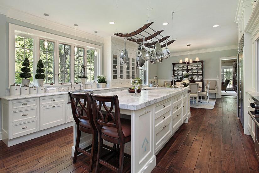 cuisine blanche avec comptoir en marbre