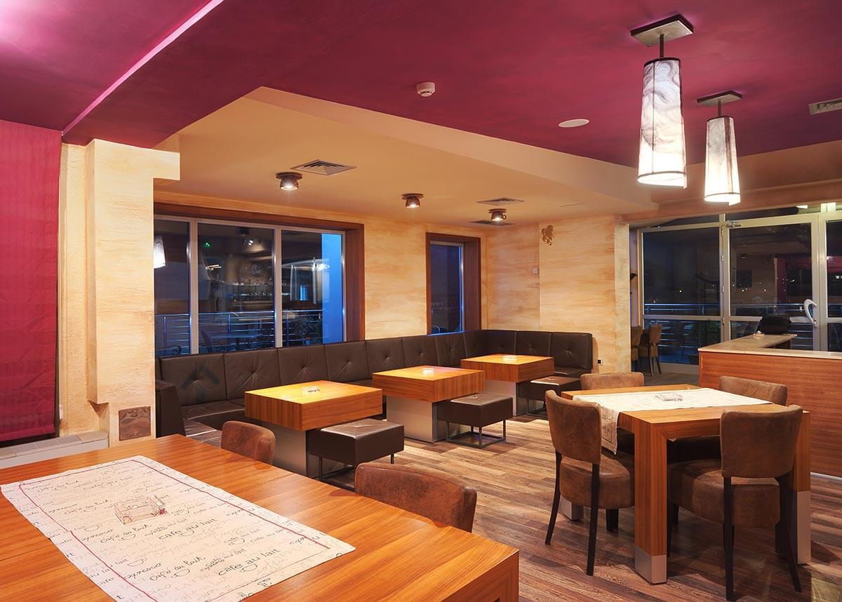 Design de restaurant intérieur, peinture rouge